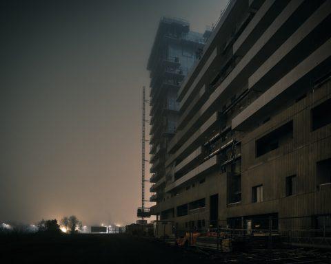 Ayer photographe architecture rennes nuit brume construction ambiance de nuit dans la plaine de baud
