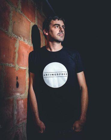 Ayer photographe Portrait d'erwan antimorphée createur de tee-shirts sérigraphiés